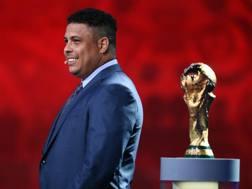 Ronaldo, campione del Mondo nel 1994 e nel 2002 col Brasile, e la coppa del Mondo. Getty