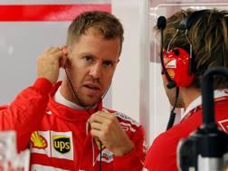 Sebastian Vettel ai box di Singapore. Reuters