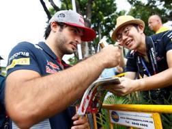 Carlos Sainz firma autografi a Singapore. Reuters
