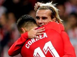 Antoine Griezmann  e Angel Correa  festeggiano il gol. AFP
