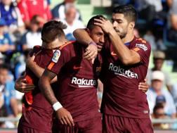 Paulinho festeggiato da Suarez. Reuters