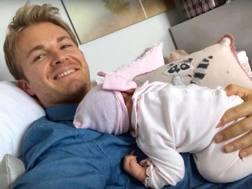 Nico Rosberg con la seconda figlia. Twitter.com