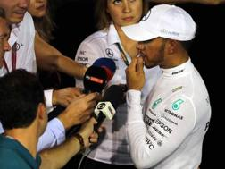 Lewis Hamilton alle interviste a Singapore. Lapresse