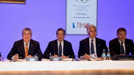 Il sindaco Sala fra Bach e Malagò firma il contratto per la sessione Cio del 2019. Getty