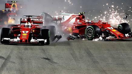 L'incidente al via: a sinistra Vettel, a destra Raikkonen e al centro Verstappen. Epa
