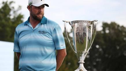 L'australiano Marc Leishman, con il trofeo per il vincitore. Reuters