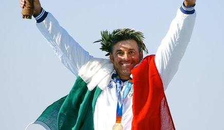 Andrea Benelli sul podio olimpico di Atene 2004, dove vinse l'oro. Afp