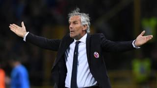 Roberto Donadoni si lamenta con l'arbitro. Reuters