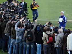 Il c.t. della Francia Domenech legge un comunicato dei giocatori in Sudafrica, nel 2010. Afp