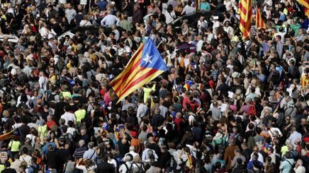 Barcellona scende in piazza per difendere il diritto al referendum. Afp