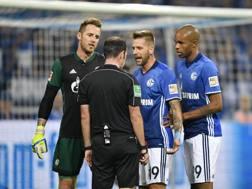 Lo Schalke discute con l'arbitro Marco Fritz . Ap