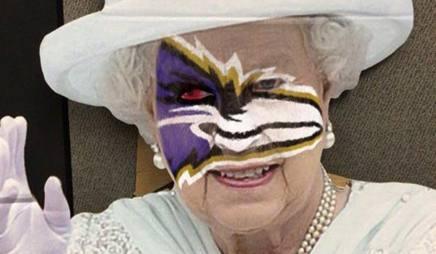 La Regina Elisabetta con i colori dei Ravens sul volto