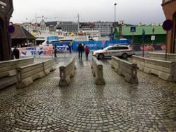 Barriere di cemento antisfondamento a Bergen per proteggere il percorso delle gare in linea.