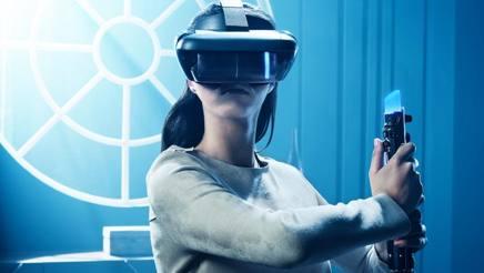 """Non solo smartphone: ecco il casco Mirage per la realtà aumentata di Lenovo e il controller che riproduce una spada laser, fanno parte del sistema """"Star Wars: Jedi Challenge"""""""