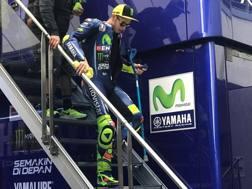Rossi in tuta a stampelle per il ritorno in pista. twitter.com