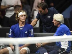 Mischa Zverev segue i consigli di capitan Borg e del compagno Federer durante il suo match. Afp