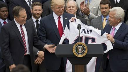 Trump con una delegazione dei Patriots, campioni dell'ultima stagione. Afp