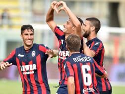 Il Crotone festeggia il gol di Rolando Mandragora. ANSA