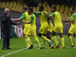 Claudio Ranieri, 65 anni, esulta con i suoi giocatori dopo un gol all'Ajaccio. Afp