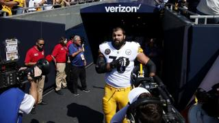 L'ingresso in campo solitario di Alejandro Villanueva dei Pittsburgh Steelers. Ap