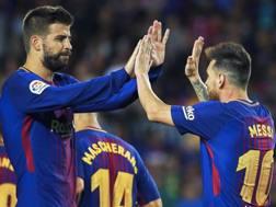 Piqué e Messi, stelle del Barça. Epa