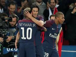 Cavani, Neymar e Mbappé festeggiano il terzo gol. Reuters