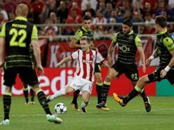 Marko Marin, con la maglia dell'Olympiacos, in azione contro lo Sporting Lisbona