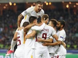 I giallorossi festeggiano Edin Dzeko, autore del 2-0. Epa