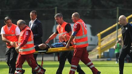 Zinho Vanheusden (18) esce in barella nel corso del match contro la Dinamo Kiev. GETTY IMAGES