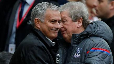 Josè Mourinho, allenatore United,  e Roy Hodgson, allenatore Crystal Palace all'Old Trafford. Reuters