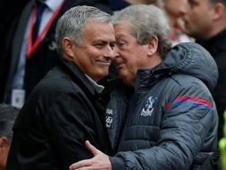 Josè Mourinho, allenatore United,  e Roy Hodgson, allenatore Crystal Palace, all'Old Trafford. Reuters