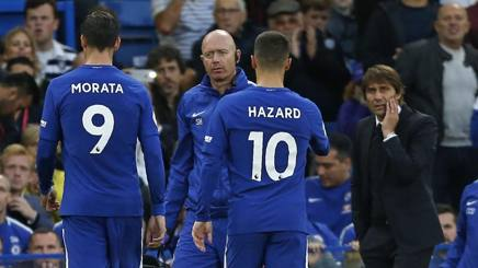 Alvaro Morata esce sotto lo sguardo preoccupato di Antonio Conte. Afp