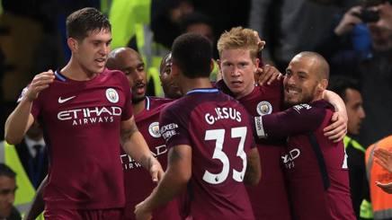 I compagni del City festeggiano Kevin De Bruyne, autore del gol partita. LaPresse