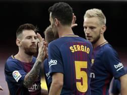 Messi e Busquets con Rakitic. Ap