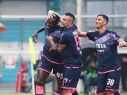 Il Crotone festeggia dopo il gol di Simy ANSA