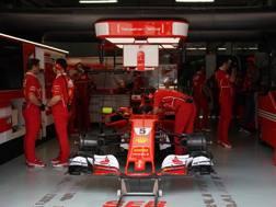 La Ferrari di Vettel ai box. LaPresse