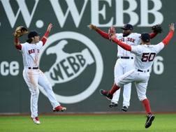 Gli esterni di Boston esultano. da sinistra Andrew Benintendi, Jackie Bradley Jr e Mookie Betts. AP