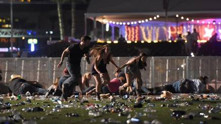 Alcune persone cercano di mettersi in salvo. Las Vegas. AFP