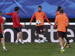 Messi in allenamento con i suoi compagni del Barcellona.