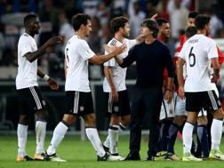 Joachim Loew e i giocatori tedeschi dopo il 6-0 sulla Norvegia. Afp