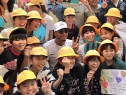 Lewis Hamilton tra i bambini di una scuola elementare