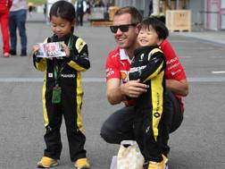 Sebastian Vettel con due piccoli tifosi giapponesi. Lapresse