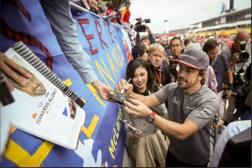 Fernando Alonso, 36 anni, firma autografi ai fan presenti al circuito di Suzuka - Twitter