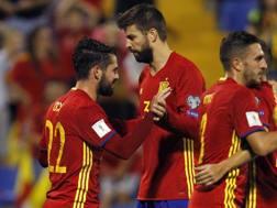 Isco e Gerard Piqué dopo uno dei gol della Spagna. Ap