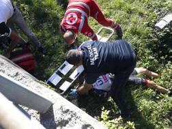 I soccorritori assistono Simone Petilli dopo la caduta - Bettini