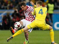 Mario Mandzukic, attaccante della Juve, in azione con la sua Croazia. Reuters