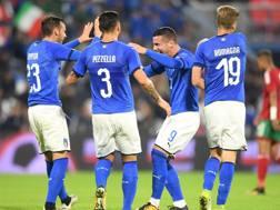 Federico Bonazzoli esulta con i compagni di squadra per il gol del 3-0. LaPresse