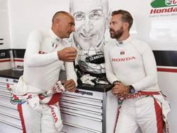 Gabriele Tarquini e Tiago Monteiro a colloquio nel box Honda