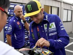 Valentino Rossi firma autografi a Motegi. Afp