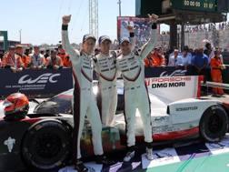 Brendon Hartley (a sinistra), 27 anni, con Timo Bernhard (al centro) ed Earl Bamber (a destra) con cui ha vinto la 24 Ore di Le Mans a giugno - EPA